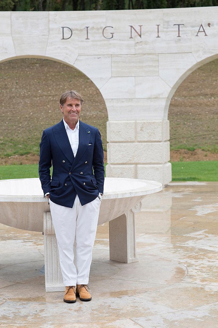 Брунело Кучинели пред паметника, който е издигнал за жителите на Соломео