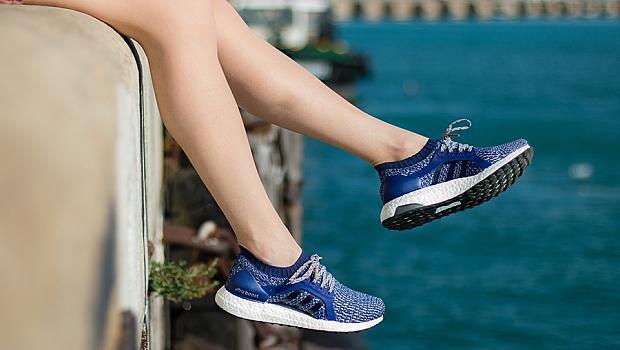 По брега на морето, обута в дълбоко синьо: Тереза с новите adidas UltraBOOST X