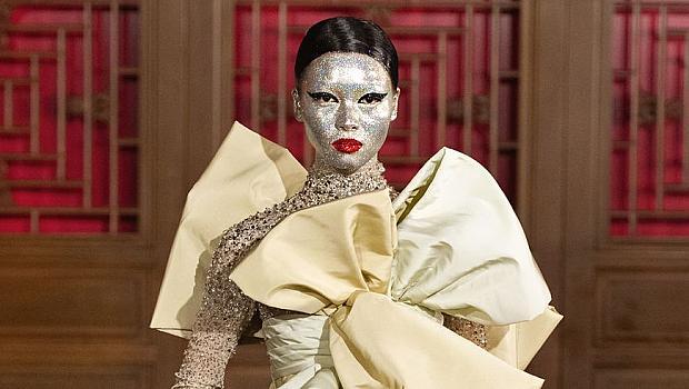 Всички визии от екстравагантното ревю на VALENTINO в Пекин