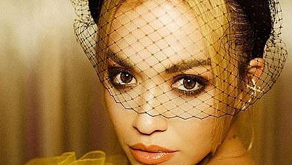 Като малко пиленце: Рита Ора в жълта ефирна рокля Giambattista Valli