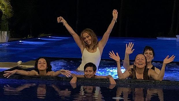 Палми, пясък и безкраен басейн: Джей Ло почива с децата в Доминикана