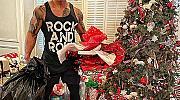 Секси Дядо Коледа: Дуейн Джонсън раздава подаръци
