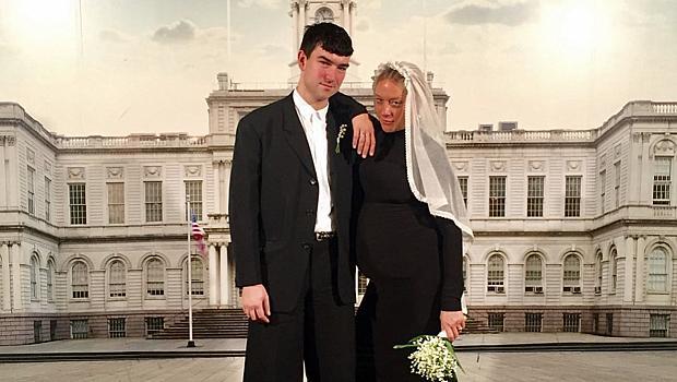 Булка в черно: Клои Севини сподели снимки от тайната си сватба