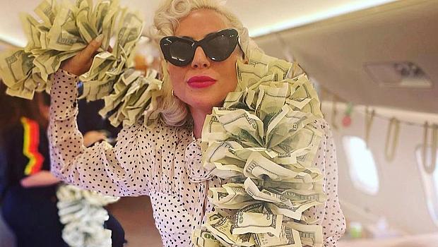 That's money, honey! Лейди Гага с боа, направена от 100 доларови банкноти