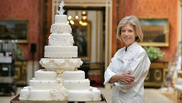 Разглобили вратите на Бъкингам, за да внесат сватбената торта на Кейт и Уилям