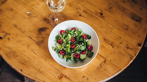 Здравословно и вкусно: салата от рикота с малини