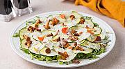 Лятна рецепта: салата с хрупкави тиквички, гъби пачи крак и пекорино