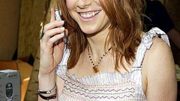 С мобилен телефон в ръка