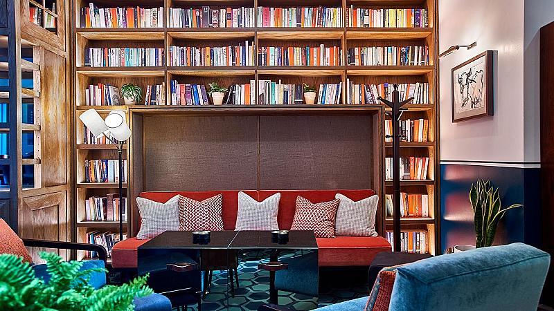 Тилда Суинтън помага за откриването на нов бар в Лондон