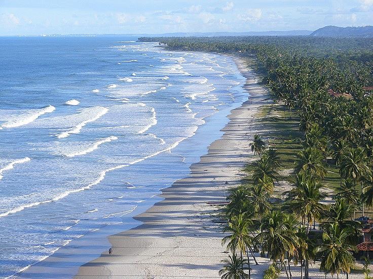"""ITACARÉ /  Това е малък град, на който принадлежи и известния плаж """"Cocoa Coast"""". До средата на 80-те тук хората се препитавали предимно от кокосовите орехи, но след това туризмът се превръща в основен източник на доходи. В този град може да се насладите на всичко – колоритна култура, вкусна местна храна, архитектура и най-добрите пясъчни плажове и невероятните сини океански води. Най-добрият начин да се докоснете до бразилския дух."""