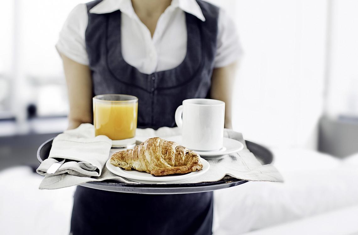 2. ЗАКУСЕТЕ С НЕЩО СЛАДКО.  Не знам за вас, но аз много обичам тестени храни. Паста, пица, кроасани, всякакви печива – когато говорим за класическата италианска закуска, първите две отпадат. Нещо сладко от пекарната/кафенето, придружено от кафе или капучино и понякога портокалов сок, е това, което е в реда на нещата да си поръчате. Ще видите, кроасаните са безброй много видове.
