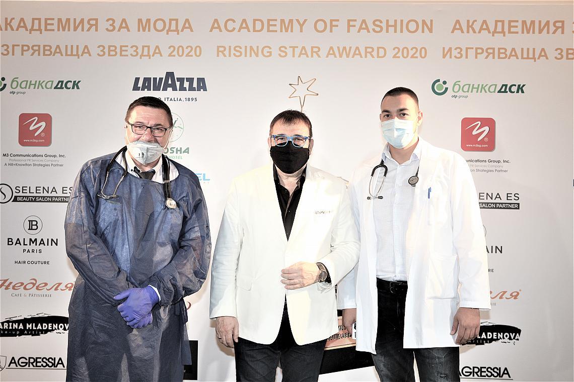 Проф. Любомир Стойков с лекарския екип от болници ТОРАКС
