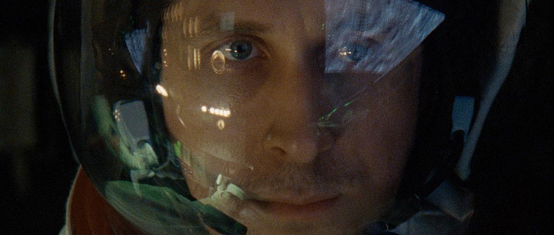 """""""Първият човек"""" е откъс от живота на астронавта Нийл Армстронг (Райън Гослинг). Сюжетът е посветен и на легендарната космическа мисия, с която той става първият човек, стъпил на Луната на 20 юли 1969 г. Грабваща, емоционална история от първо лице, базирана на романа на Джеймс Р. Хенсън, филмът изследва жертвите и цената, които плащат Армстронг и нацията, за една от най-опасните мисии в историята. Вече е по кината."""