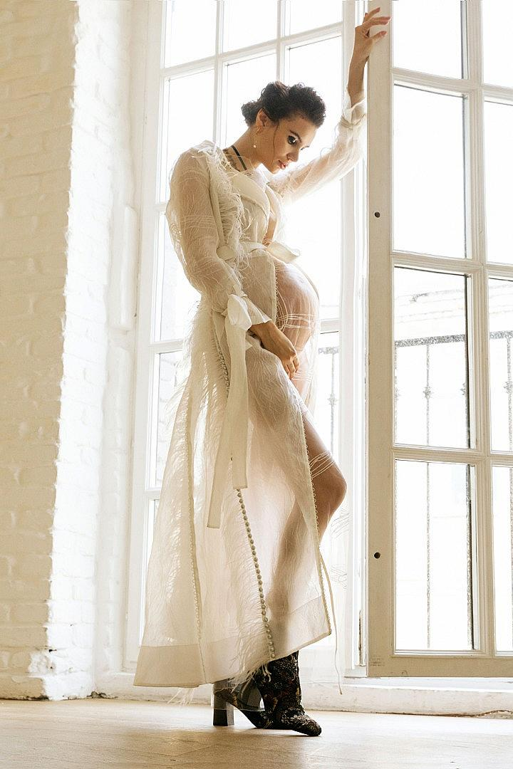 Палто MAISON ESVE, рокля ONOMA, гети SOL DESIGNERS, обувки HISPANITAS, чокър DIOR, обеци QARI QRIS