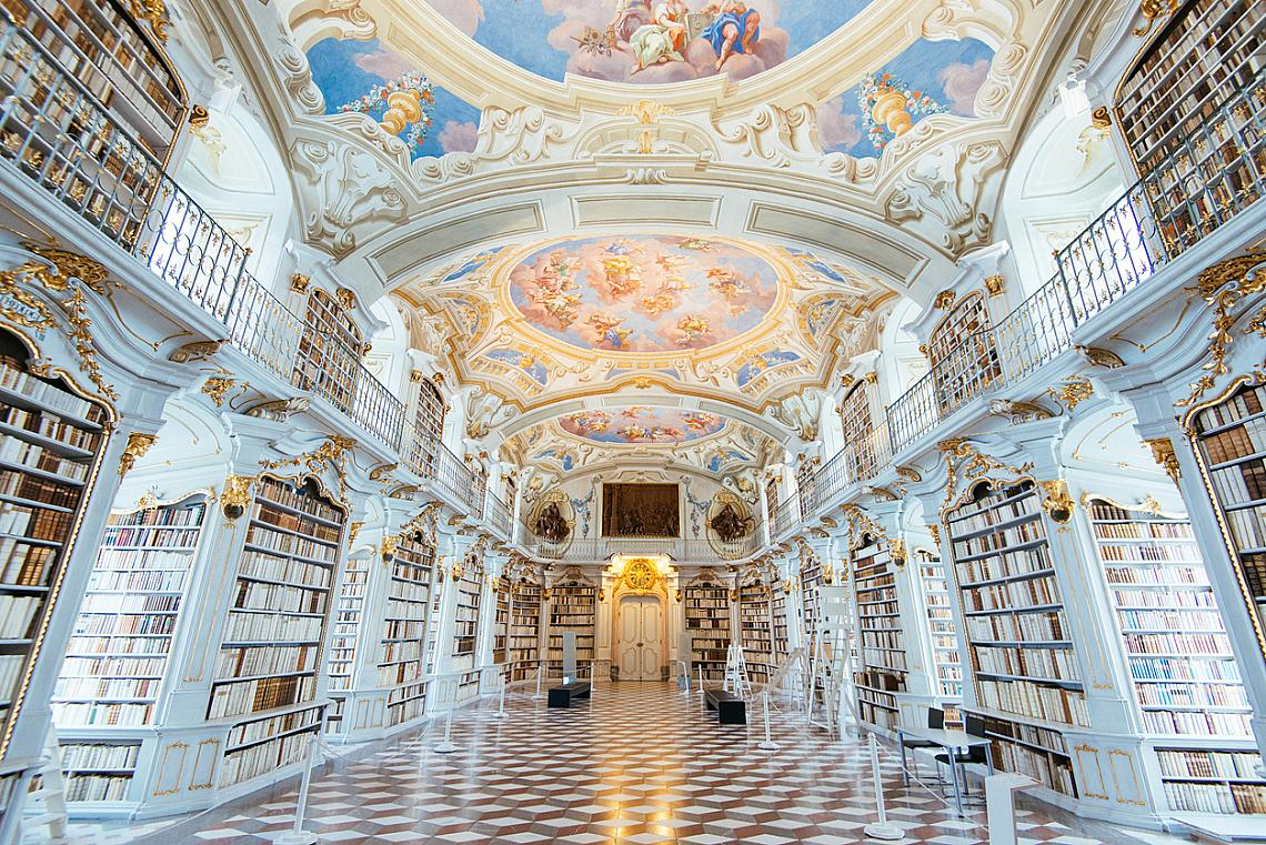 """Библиотеката на манастира """"Адмонт"""", Австрия, е най-голямата манастирска библиотека в света. Построена през 1776 г., тя е известна със своята барокова архитектура, изкуство и ръкописи."""