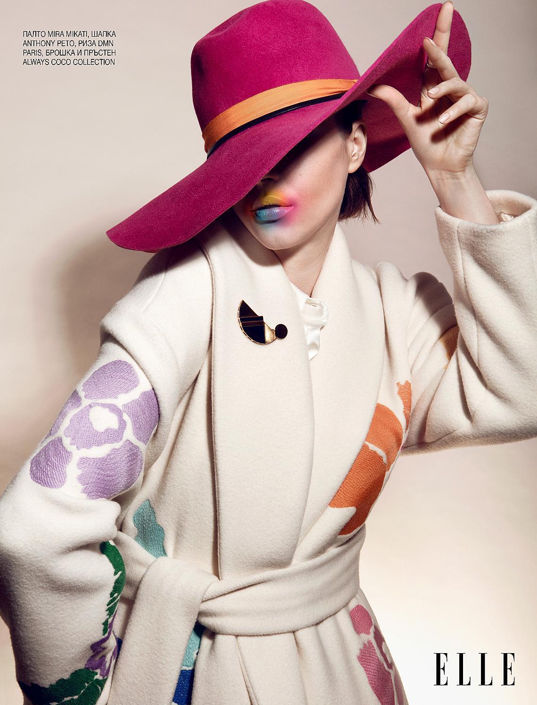 <p>БЯЛО</p>  <p>Белият цвят в облеклото е символ на чистота и спасение. Прави кожата по-нежна, а излъчването – деликатно. Ако човек избира бяло, значи се стреми да се освободи от неприятностите.</p>  <p>Палто MIRA MIKATI, шапка ANTHONY PETO, риза DMN PARIS, брошка и пръстен ALWAYS COCO COLLECTION </p>    <p>Фотографии STEPHANE MOUNET, модел ANGELIKA GRIBOVA, криейтив JEAN-MARC MONDELET, пост продукция ALIMAGE - STÉPHANIE HERBIN, стайлинг LISE BRETON ASSISTED BY THIBAULT LEROY, грим WALTER DÉNÉCHÈRE с продукти на @GLIELEMENTI MOISTURIZER BASE, коса SIMON CHOSSIER @B-AGENCY</p>