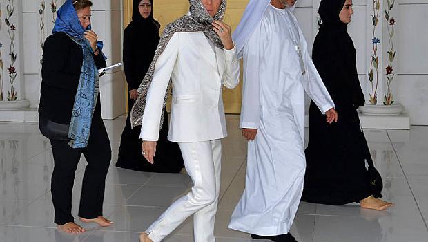 Бриджит Макрон в бял костюм на Louis Vuitton