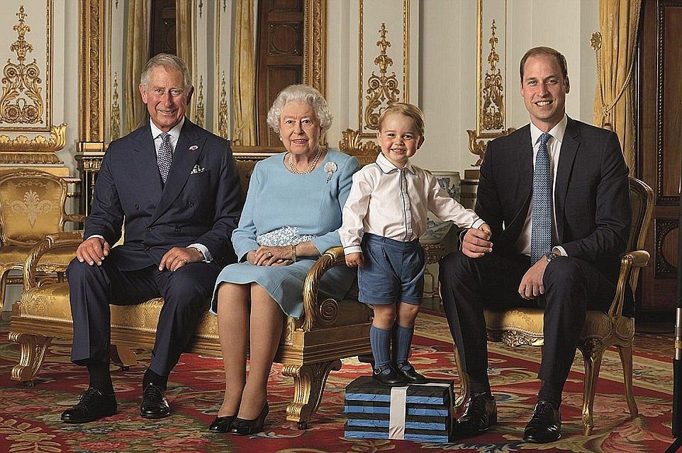 принц Чарлз, Кралица Елизабет, принц Джордж и принц Уилям