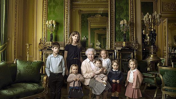Най-щастливата баба! Кралицата се снима с малките си внуци и правнуци