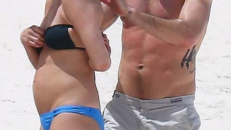 Дженифър Анистън се появи с наедряло коремче на плажа. Бременна ли е?