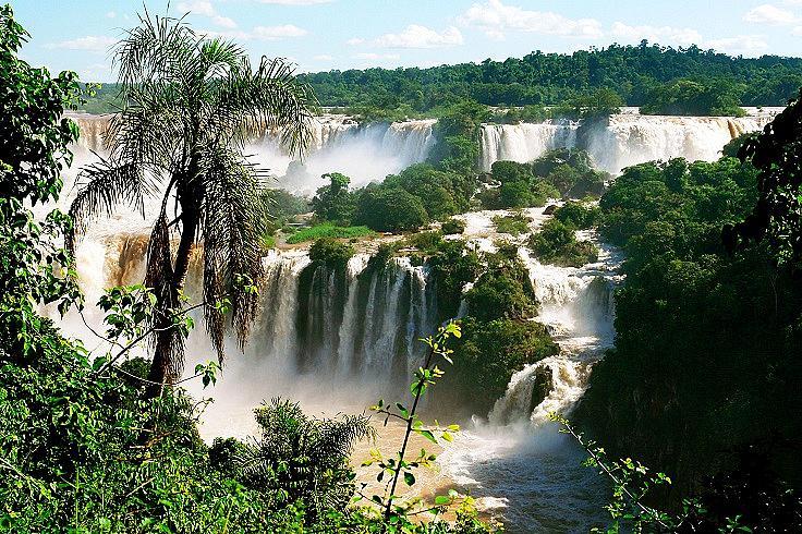 ВОДОПАДИТЕ ИГУАСУ /  Те са разположение на границата между Аржентина и Бразилия. Включват 275 водопада, като най-известните са тези на бразилска територия. През лятото нивото на водата много спада, затова е най-добре да ги посетите през пролетта или есента.