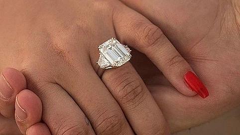 Диамант с размерите на орех: Деми Ловато показа годежния си пръстен