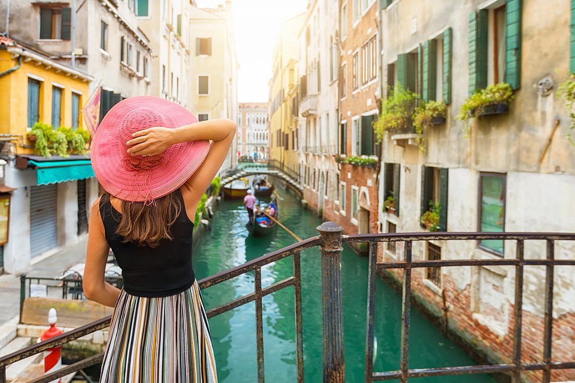 5. ОБЛИЧАЙТЕ СЕ КРАСИВО.  Повечето от италианците са ходещи модни икони. Някак естествено им се получава, сякаш го носят в своето ДНК. Дори и кежуъл облеклото им е перфектно съчетано. И най-вече то. Така че носете си хубавите дрехи, забравете за ръчния багаж в самолета. Това че сме за няколко дни в друга страна и че предимно ще препускаме по забележителности, не значи, че не можем да сме облечени стилно и красиво.