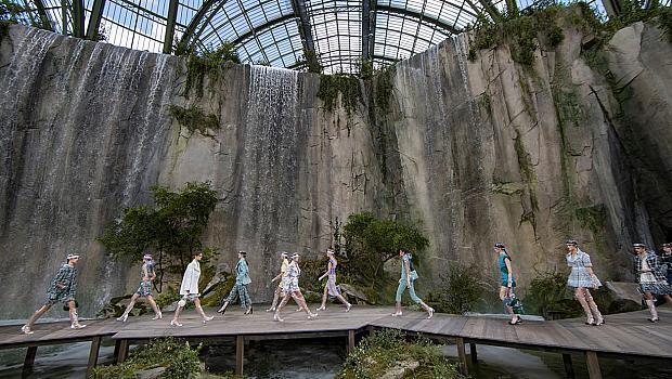 CHANEL показа колекцията си на фона на изкуствени водопади