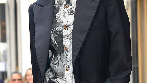 ВИЗИЯ НА ДЕНЯ: Джиджи Хадид в овърсайз костюм