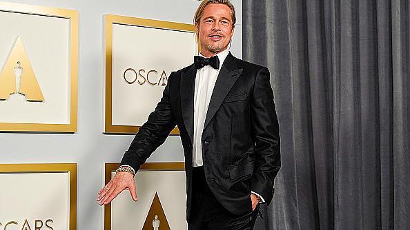 Невероятно подмладен и с опашка: Брад Пит на Оскари 2021