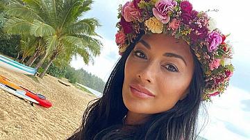 Алоха! Никол Шерцингер като красива островитянка с цветен венец на главата
