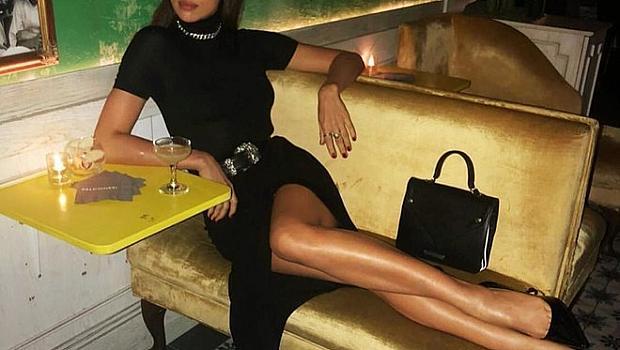 Ирина Шaйк в малка черна рокля с поло