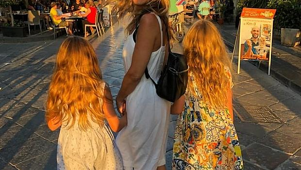 Сара Джесика Паркър на разходка с дъщерите си