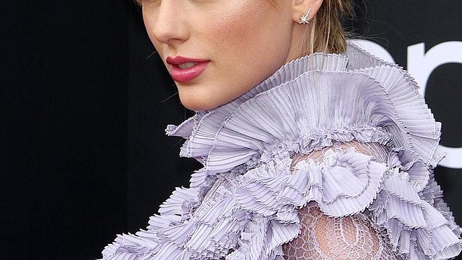Романтичната мини рокля на Тейлър Суифт