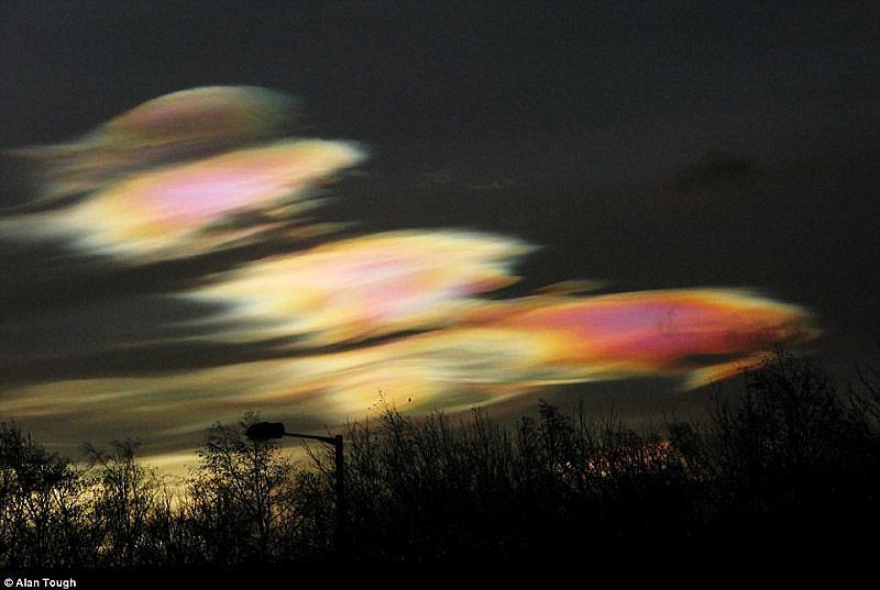 """""""Небесни златни рибки"""". В началото на февруари 2016 г. арктическите въздушни маси достигат небето над Великобритания и в небето се появяват розови облаци."""