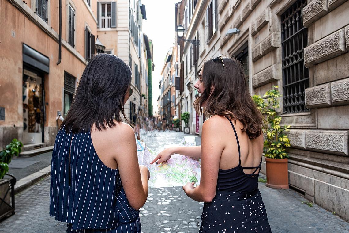 7. СПИРАЙТЕ СЕ И РАЗГОВАРЯЙТЕ С ХОРАТА.  В Италия никой не бърза. Това със сигурност ще ви направи впечатление. Едно приятно спокойствие, дори лежерност се носи във въздуха. Сякаш тези хора нямат работа, работно време, срещи, ангажименти. Дори и да закъснявате за резервацията си в ресторанта, спрете, поздравете учтиво, поговорете. Тези непринудени разговори са част от местния начин на живот.