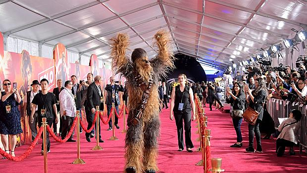Вижте как Чубака мина по червения килим в Лос Анджелис
