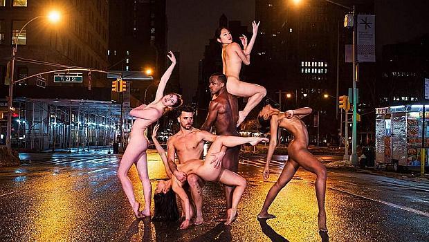 Грандиозен проект съблече десетки балетисти по улиците на големия град