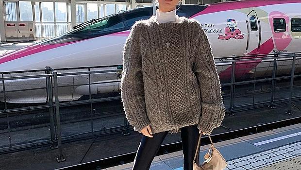 Стайлинг за уикенда: Топъл пуловер и лъскави дънки като на Елза Хоск