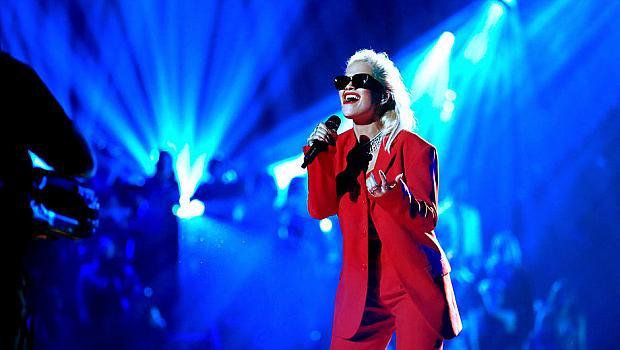 WOMAN IN RED: Рита Ора на сцената на People's Choice Awards