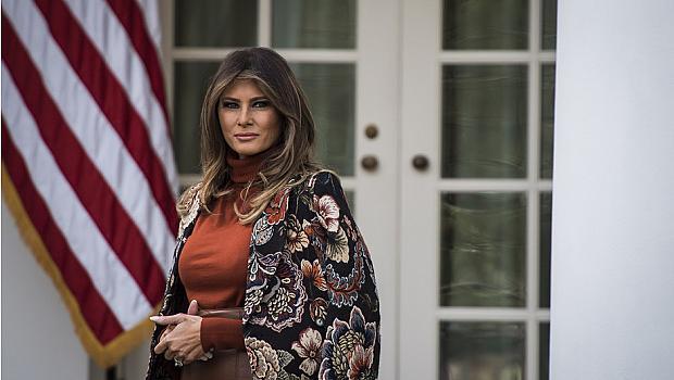 Мелания Тръмп избра оранжева блуза на Victoria Beckham