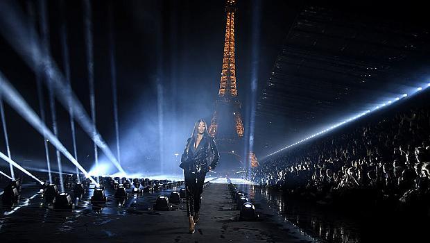 Наоми Кембъл закри шоуто на Saint Laurent