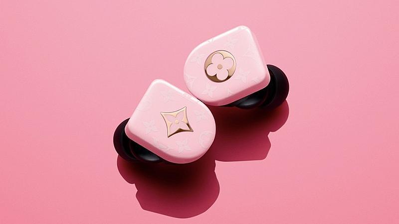 Стилни обици или брандирани слушалки от Louis Vuitton?