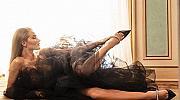Черният лебед Роузи Хънтингтън-Уайтли позира за Jimmy Choo