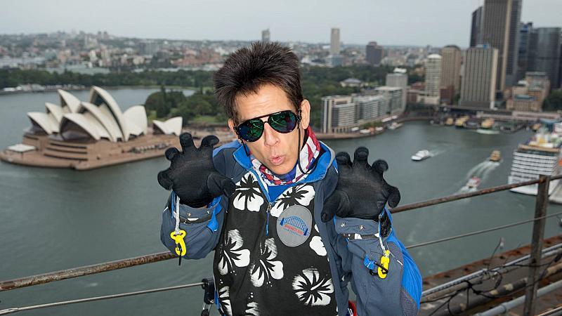 Бен Стилър с рискова каскада, дефилира на 140 метра над земята