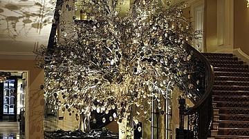Дизайнерите и коледните им елхи в хотел Кларидж