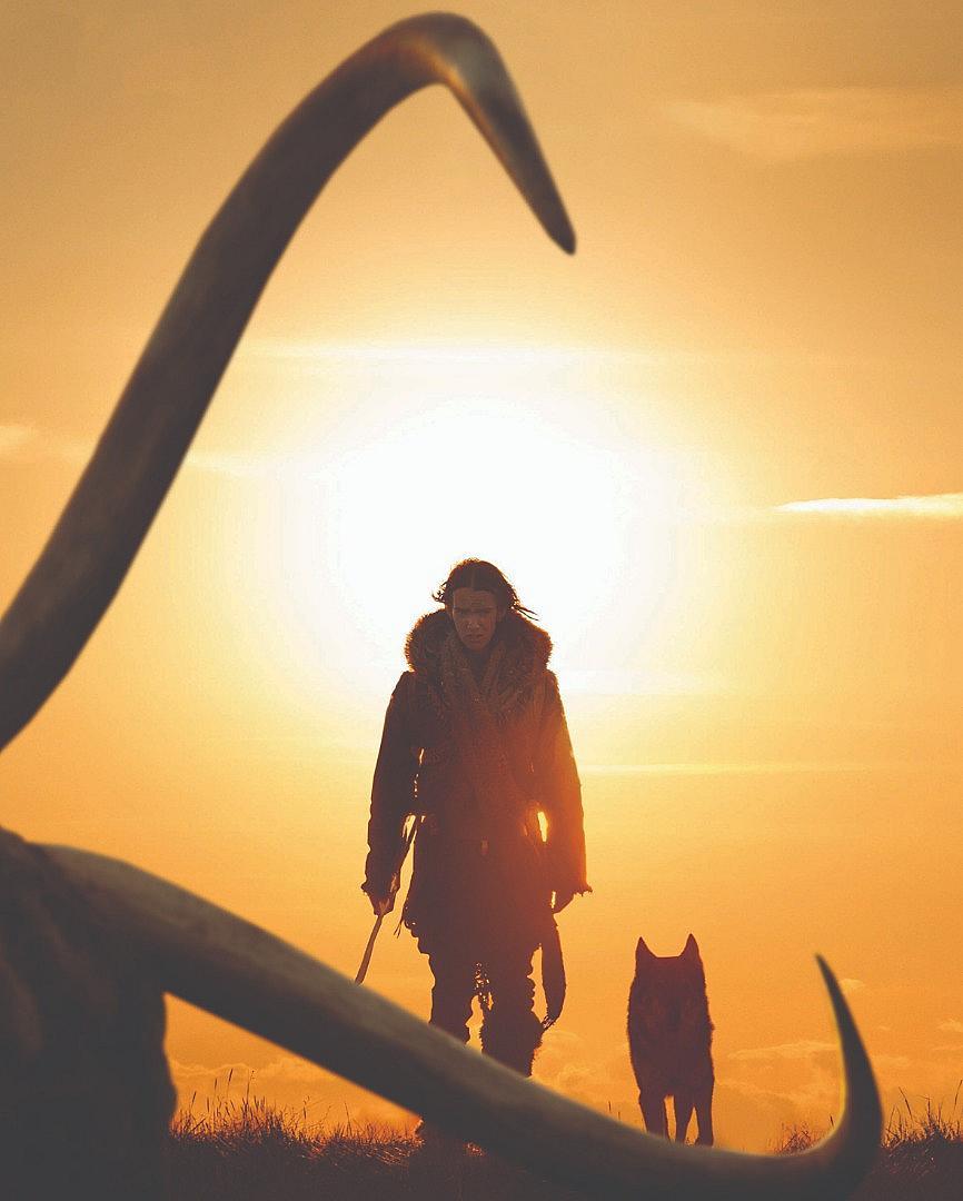 """""""Алфа"""" ни пренася 20 хиляди години назад по време на последния ледников период в Европа. Един младеж отива на първия си лов, но е тежко ранен, а племето му го смята за мъртъв и го изоставя. Опитвайки се да намери обратния път към дома, той се сприятелява с ранен вълк, който се превръща в негов съюзник в борбата за оцеляване. """"Алфа"""" определено ще ви просълзи! По кината от 24 август."""