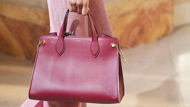 Червените чанти, които се откроиха на модния подиум