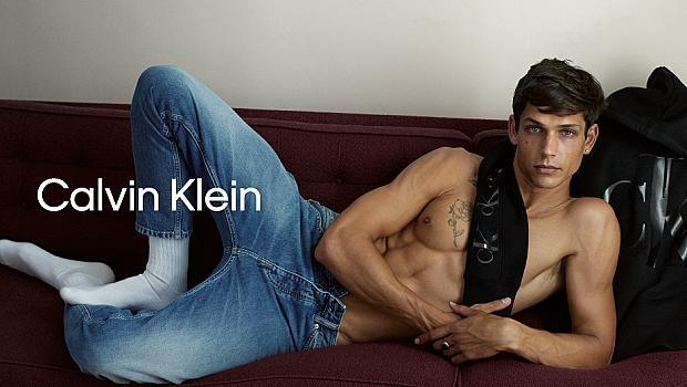 Празничната колекция на Calvin Klein Jeans за 2020 - балансирано бунтарство