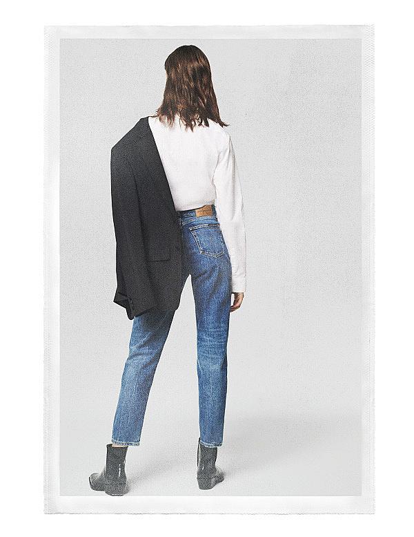 <p>Дънки: <strong>Calvin Klein</strong></p>
